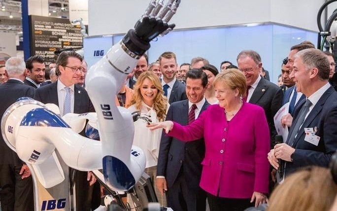 Chancellor Merkel hand in hand with the robot of tomorrow | Robotics