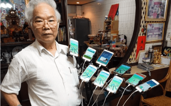 70-Year-Old Pokemon Hunting Grandpa Uses 11 Smartphones To Catch | Viral