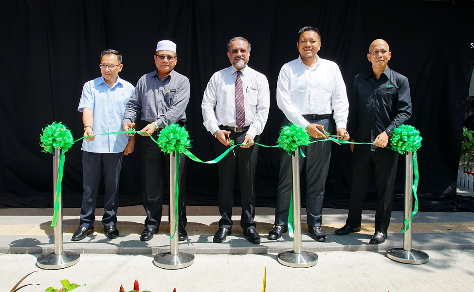 (From left) MCMC Northern Region head Rizal Abdul Malek; Seberang Perai Municipal President Rozali Mohamud; Penang Government Housing and Town & Country Planning committee chairman Jagdeep Singh Deo; Penang State Executive Councillor for Agriculture and Agro-based Industries, Rural Development and Health Dr. Afif Bahardin; and edotco Group chief regional officer Wan Zainal Adileen Wan Puteh