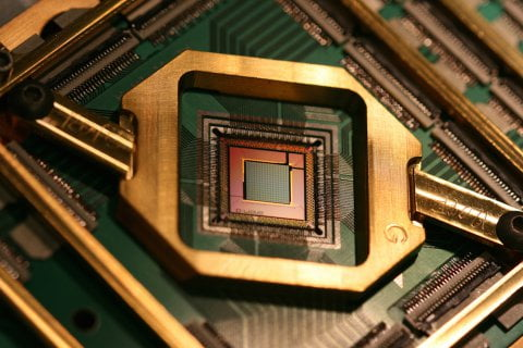 D-Wave Speeds Up Quantum Computers Over 25 Times With Low-Noise Materials