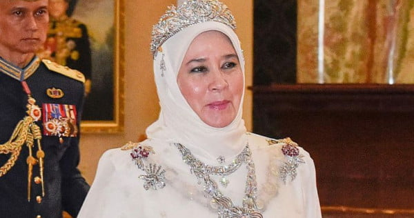 Malaysians rallying to get Queen to reactivate her Twitter account