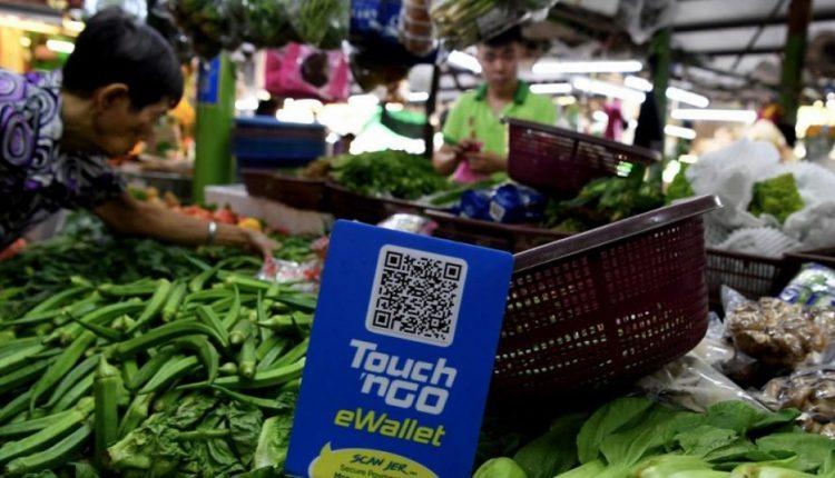 Reward points for cash back returns and e-vouchers major e-wallet users